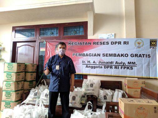 Junaidi Auly Bagikan Bahan Pokok ke Warga Terdampak Pandemi Covid-19 di Daerah Pemilihannya