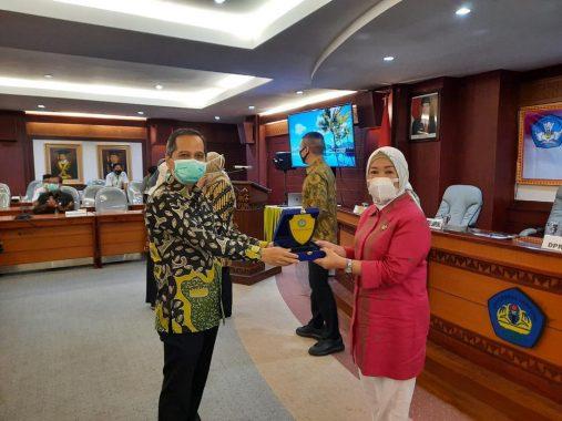 Ajak Rektor Unila, Anggota DPR Dwita Ria Gunadi Serahkan APD ke Rumah Sakit Rujukan di Lampung