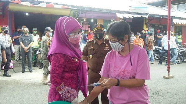 Bupati Tanggamus Dewi Handajani Tinjau Rapid Test Massal di Pasar Kotaagung