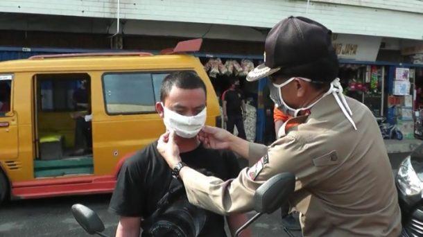 Tak Disiplin, Penumpang Angkot dan Pengendara Motor di Kotabumi Dipakaikan Masker oleh Petugas