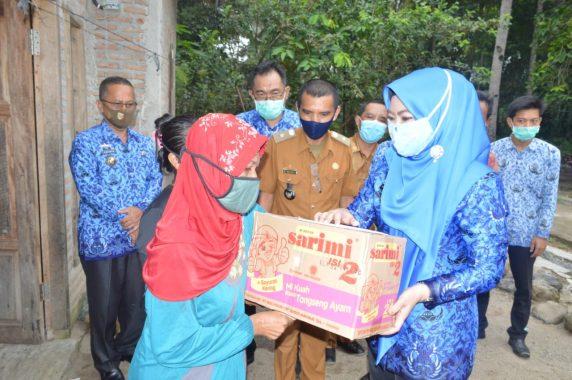 Bupati Tanggamus Dewi Handajani Serahkan Buku Rekening Penerima BLT