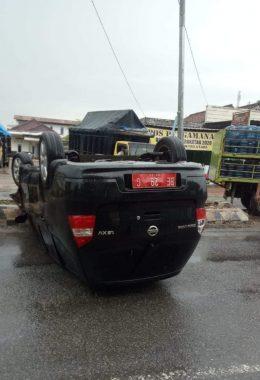 Lakalantas, Mobil Komisioner KPU Lampung Tengah Terbalik