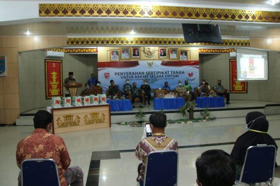 Plt Bupati Lampung Utara Hadiri Penyerahan Sertifikat Tanah