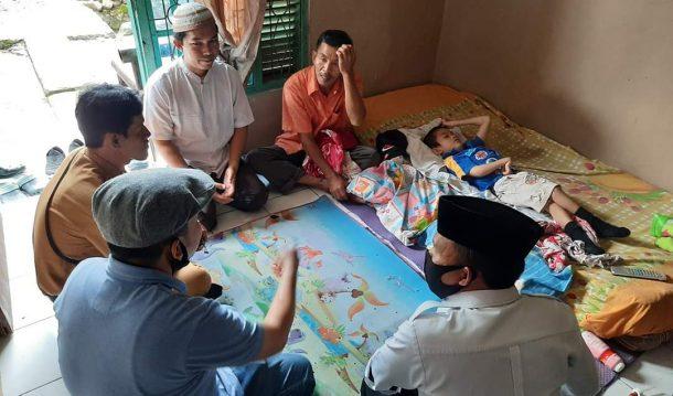 Jenguk Hanafi Penderita Lumpuh Layuh di Jatiagung, Antoni Imam Upayakan Kursi Roda