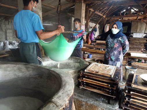 Ketua Dekranasda Tulangbawang Barat Kornelia Umar Ahmad Kunjungi Industri Tahu Kress