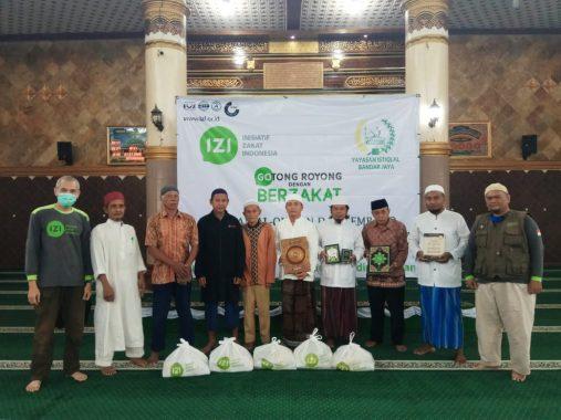 IZI Lampung dan Pengurus Masjid Istiqlal Bandarjaya Bagikan Bahan Pokok