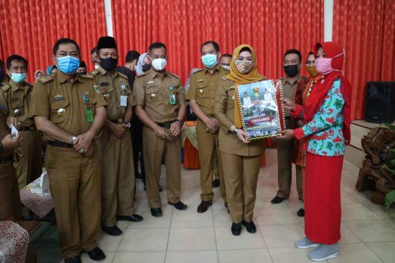 Bupati Tanggamus Dewi Handajani Luncurkan Dana Operasional Posyandu