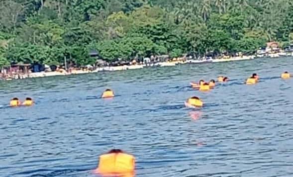 Puluhan Kader PKS Bandar Lampung Berenang Dari Pantai Mutun ke Pulau Tangkil