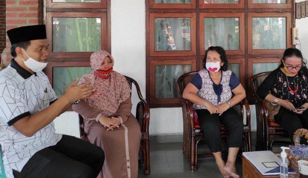 Polres Tanggamus Bantu Warga Bersihkan Sisa Banjir Kecamatan Semaka