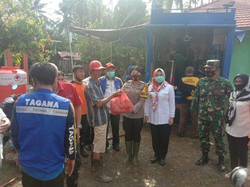 Pascabanjir Semaka, Bupati Tanggamus Dewi Handajani Tinjau Persiapan Dapur Umum dan Bagikan Makanan