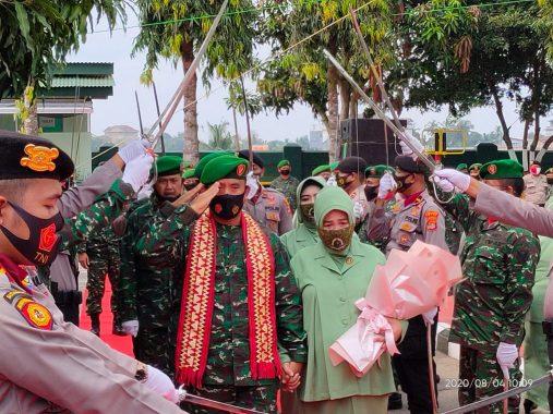 Pelepasan Letkol CZI Burhanuddin Diwarnai Isak Tangis Keluarga Besar Makodim 0411/LT