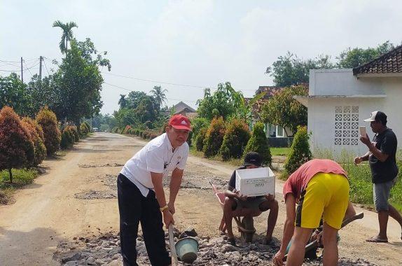 Perbaikan Jalan Masih Tahap Tender, Lurah Karangrejo Kota Metro Timbun Jalan Rusak Bersama Warga