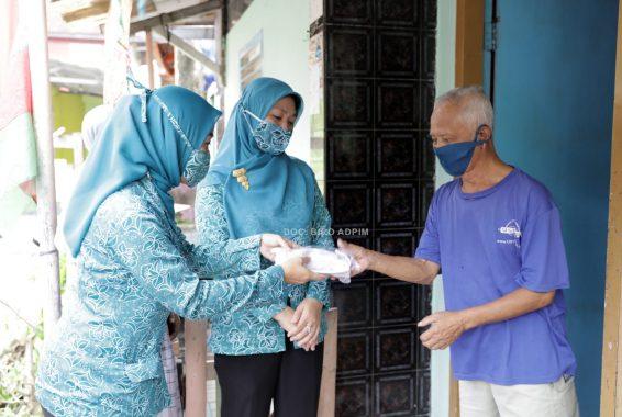 Ajak Masyarakat Disiplin Jalankan Protokol Kesahatan, Riana Sari Arinal Bagikan Masker di Kupang Kota Bandar Lampung