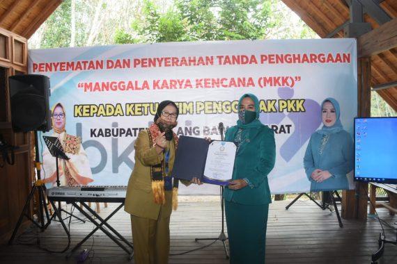 Kornelia Umar Ahmad Terima Penghargaan Manggala Karya Kencana dari BKKBN RI