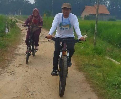 Nikmati Udara Segar Kota Metro, Mufti Salim dan Istri Bersepeda Bahagia