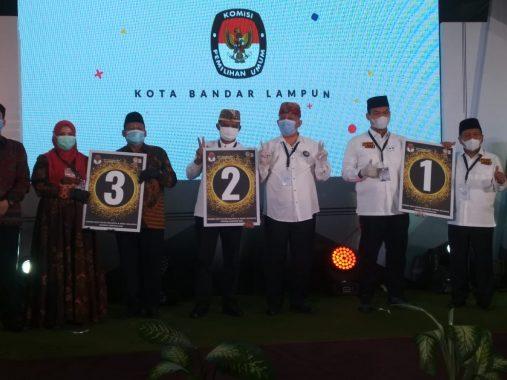 Di Hotel Bukit Randu, Rycko Menoza, Yusuf Kohar, dan Eva Dwiana Terima Bantal dari KPU Bandar Lampung