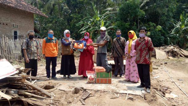 Gerak Cepat, Pemkab lampung Selatan Salurkan Bantuan Korban Rumah Roboh di Tanjung Bintang