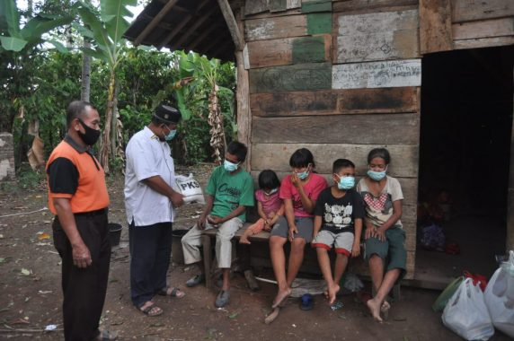 PKS Lampung Beri Bantuan Keluarga Sarmin, Fakir Miskin Asal Air Naningan Tanggamus