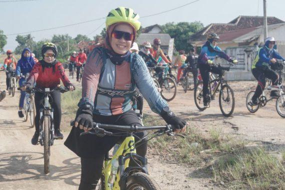 Korenelia Umar Kunjungi Sekolah di Way Kenanga Tubaba dengan Bersepeda