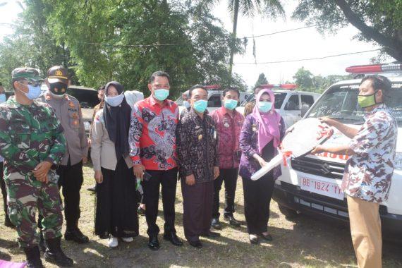 Bupati Tanggamus Dewi Handajani Serahkan 13 Ambulans di Kecamatan Wonosobo