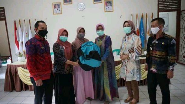 Pjs Ketua PKK Lampung Selatan Salurkan Bantuan Rebana Bagi Kelompok Pengajian
