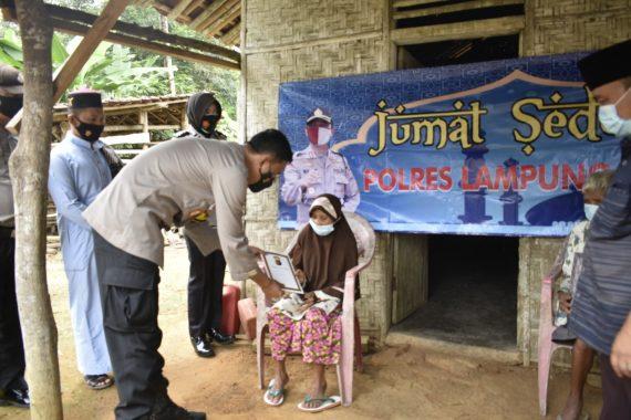 Kapolres Lampung Timur Gelar Jumat Berkah, Beri Bantuan Lansia Kurang Mampu di Sukadana