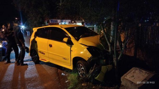Lakalantas di Jalan Diponegoro Metro Pusat, Agya Tabrak Tiang Listrik dan Avanza Seruduk Pagar Rumah Warga