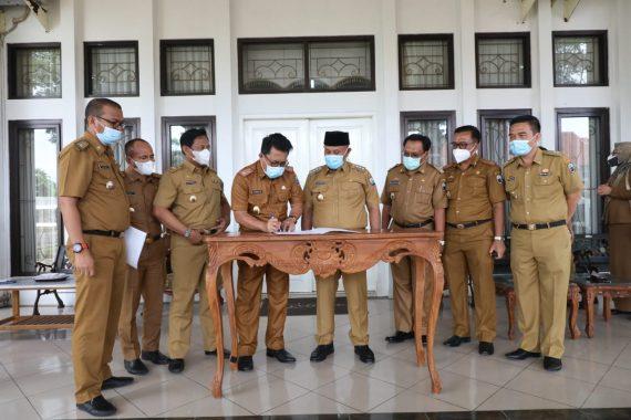 Sekda Lampung Selatan Serahkan Nota Pelaksana Tugas Kepada Bupati Nanang Ermanto