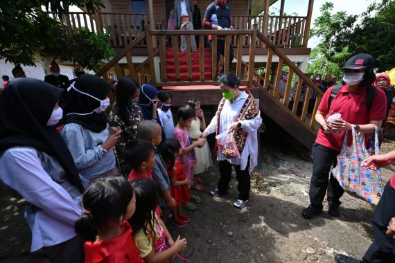 Puan Maharani Diberi Gelar Adat Ratu Mutiara Kartadilaga di Pulau Pisang Pesisir Barat
