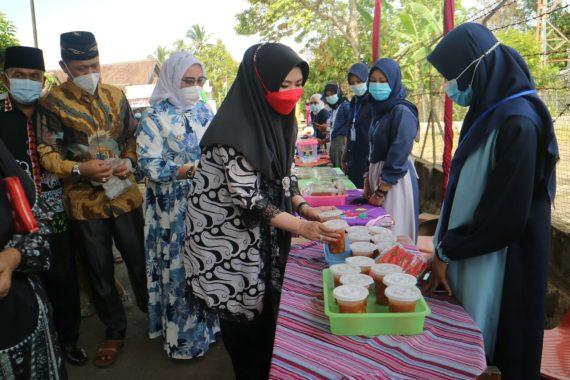 Dewi Handajani Buka Pasar Takjil di Pekon Banjar Negeri