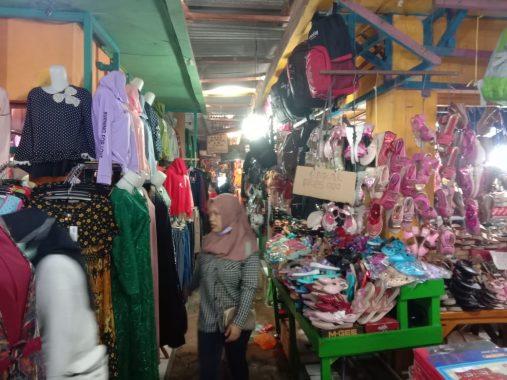 Jelang Lebaran, Pedagang Pakaian di Pasar Baru Kotaagung Tanggamus Mengeluh Sepi Pembeli