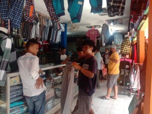 Jelang Lebaran, Penjual Pakaian di Pasar Kotaagung Mulai Ramai Pembeli