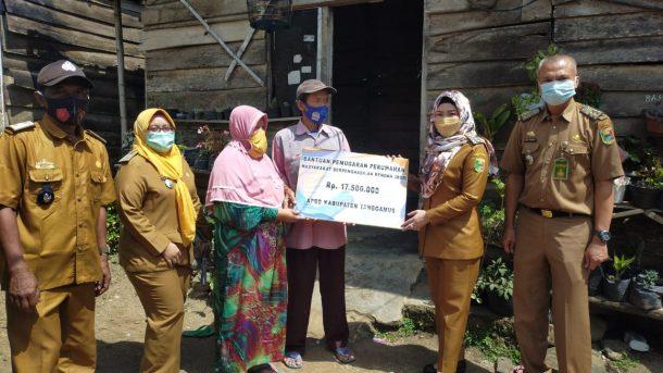 Beri Bantuan Bedah Rumah di Gisting, Dewi Handajani Juga Ingatkan Warga Disiplin Protokol Kesehatan