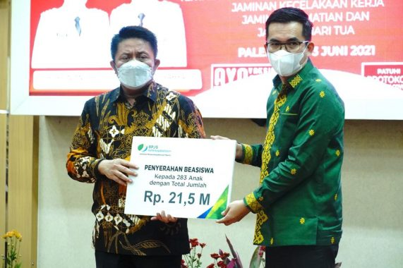 Herman Deru Serahkan Manfaat Beasiswa JKK-JK BPJS Ketenagakerjaan Sumsel