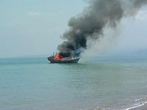 Ratusan Nelayan Pancing di Limau Tanggamus Bakar Kapal Pukat Harimau yang Meresahkan