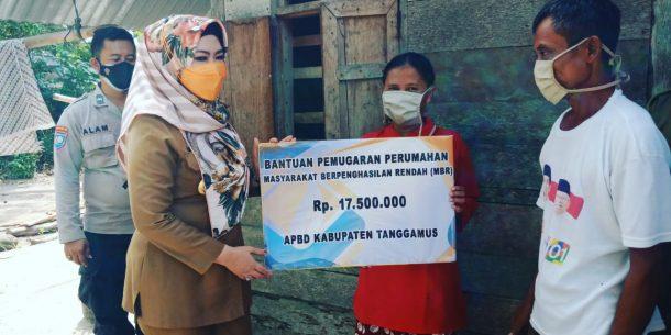 Bupati Tanggamus Beri Bantuan Bedah Rumah Tak Layak Huni di Kotaagung Barat