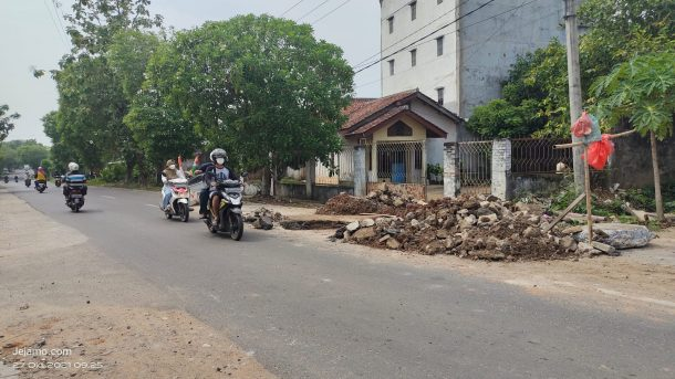Lagi, Warga Metro Swadaya Perbaiki Infrastruktur Jalan yang Rusak