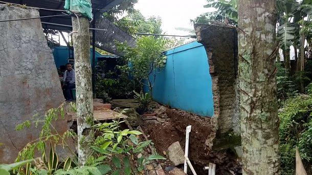 Talut dan Fondasi Rumah Tergerus Aliran Sungai,Warga Kampung Pancaniti Kotaagung Harapkan Perbaikan